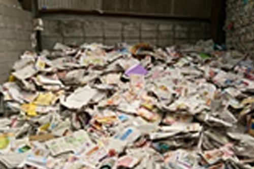 古紙の種類別に一時保管・手作業による分別